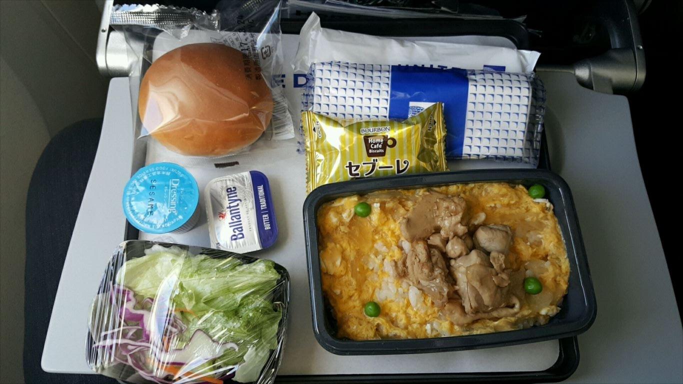 UA827機内食