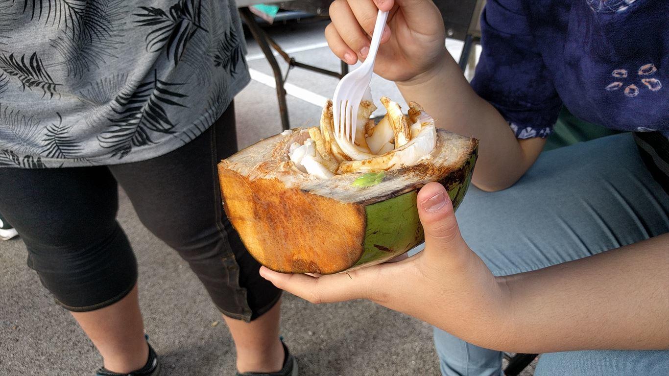 デデドの朝市_ココナッツ刺身