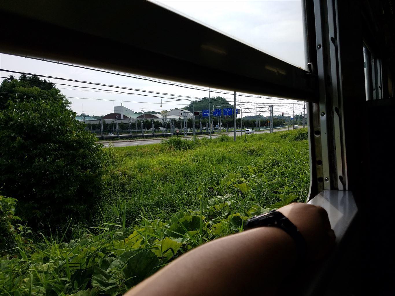 窓の開く列車