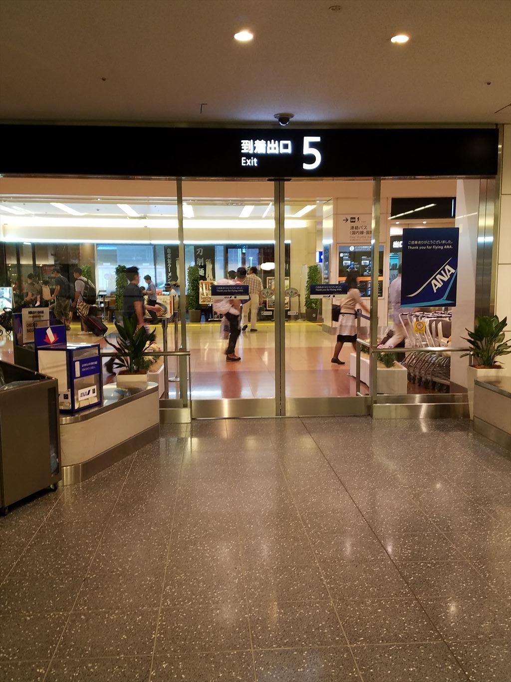 羽田空港_到着ロビーへのドア